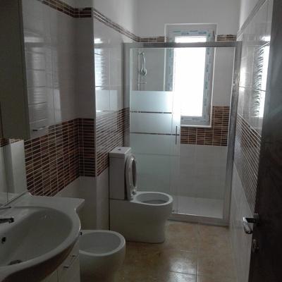 Demolizione vecchio bagno ,rifacimento massetto ,nuova pavimentazione,maiolica ,apposizione finestra  È marmo d 'appoggio,apposizione sanitari e box doccia