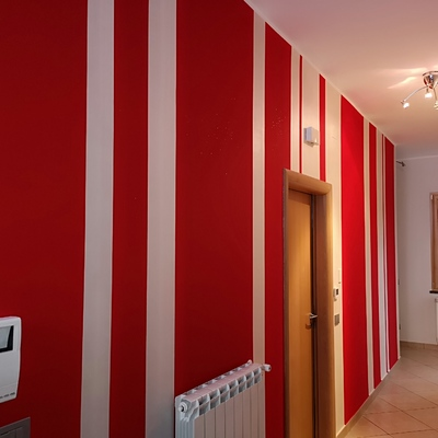 Decorazione verticale righe rosso glitterato e bianco perlato