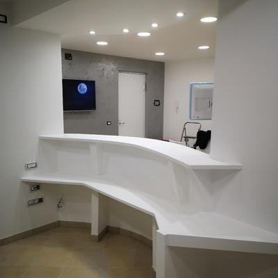 recepsion in Cartongesso curvo Piano clienti h1,15cm, piano di lavoro h80cm, L200cm