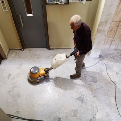 Lucidatura pavimento di marmo