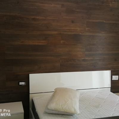 Rivestimento parete del letto con gres finto legno