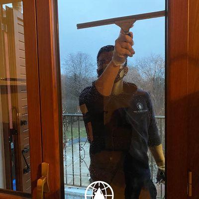 Pulizia vetri di una casa