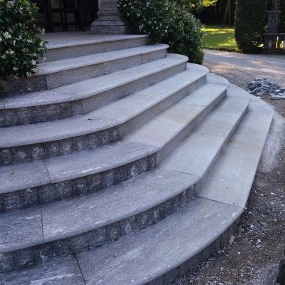 Sistemazione gradini scala con serizzo