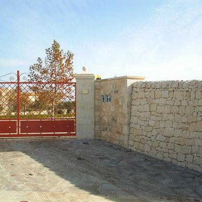 ingresso con muro a secco e pilastri in pietra