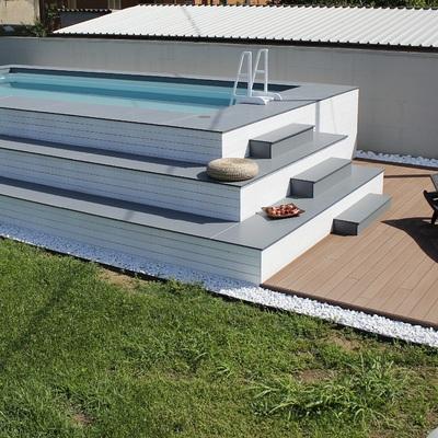Piscina fuori terra rivestita in legno bianco