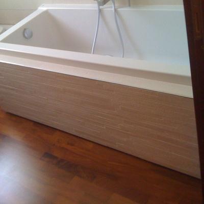 E' stato ristrutturato il bagno ed in particolare l'esterno della vasca con mattoncini a vista di color avano.