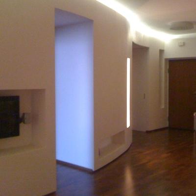 """La parete della sala di colore bianco """"pulito"""" e semplice con incavi per posizionare televisione, impianto audio, luci e arredi vari."""