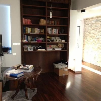 Nel salone è stato rifatta la parete per installare una nuova libreria in legno mogano.