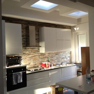 Lavori di ristrutturazione della cucina con luci a led a tutta larghezza.