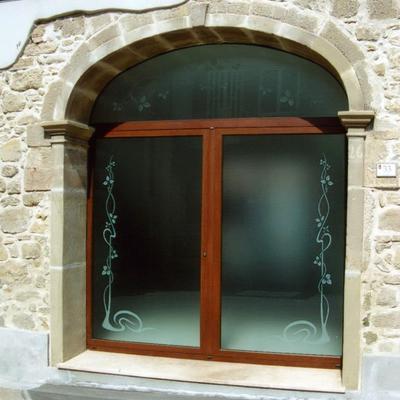 Infissi in alluminio e vetri decorati sabbiati