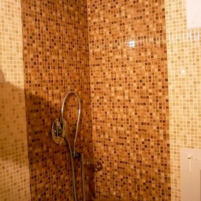 interno doccia con mosaico vero in vetro colorato