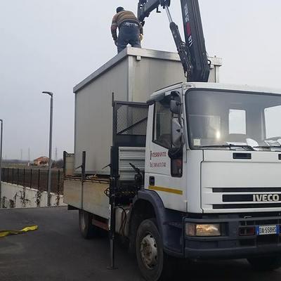 spostamenti in cantiere con camion con gru