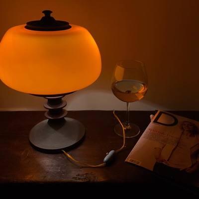 Arredo e Design - Lampada in vetro con piedistallo in ghisa e inserti in radica