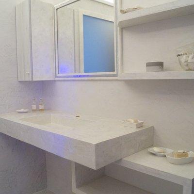 lavabo e mensole microcemento