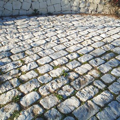 pavimento esterno con basole in pietra