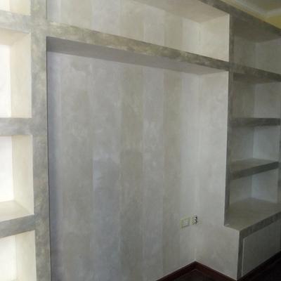 Libreria-porta cd angolare in cartongesso con sportelli in legno