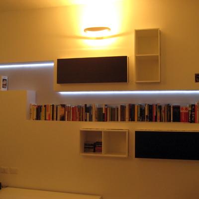 libreria portante incassata in una controparete incartongesso, illuminazione a LED