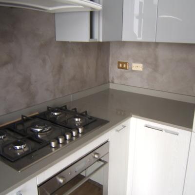Rifacimento cucina con rivestimento in resina