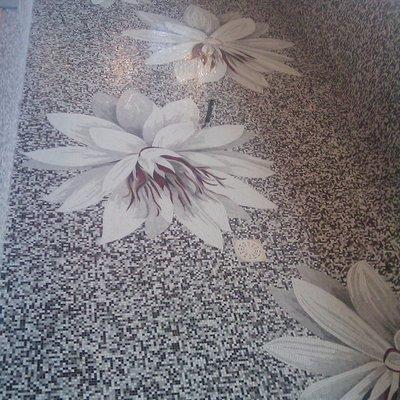 Piscina in mosaico tecnica mista fondo pixel personalizzato e decorazione artistica Sicis flower