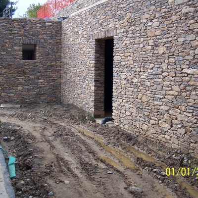 Muro di contenimento a secco in pietra di recupero
