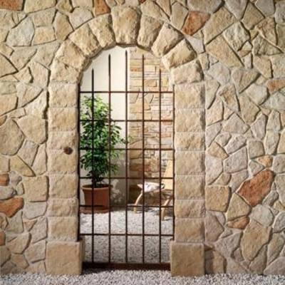 muro,volte e colonne in pietra, cancello in ferro battutto