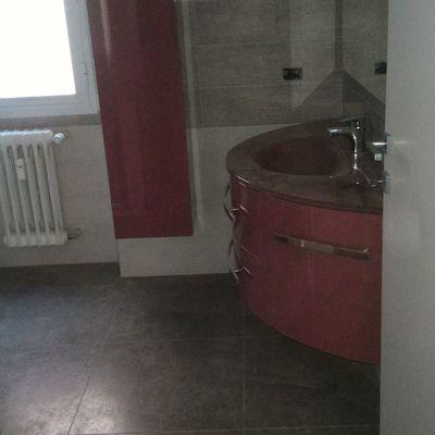 nuovo bagno con mobili sospesi