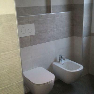 nuovo bagno con sanitari sospesi