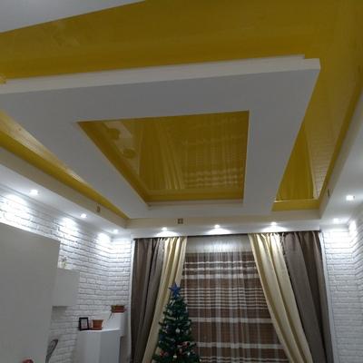 Soffitto teso con intonaco decorativo e parete attrezzata in cartongesso
