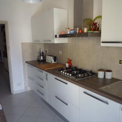 Cucina nuova con ante e top in laminato tranche