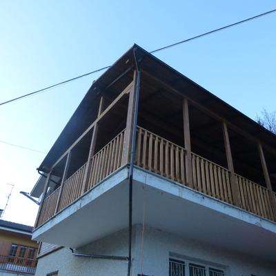 villetta cemento e legno travature e ringhiere in legno lamellare