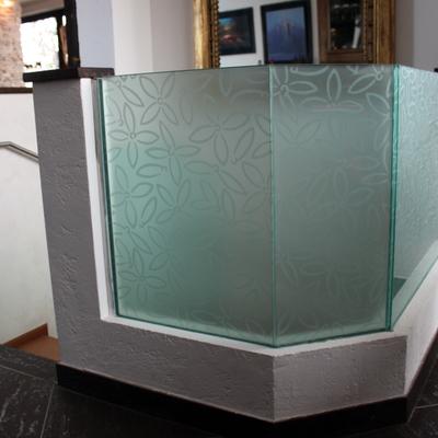 paraoetto in vetro stratificato con disegno floreale