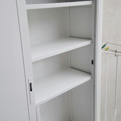 Particolare Armadio per esterni in alluminio bianco con ante scorrevoli