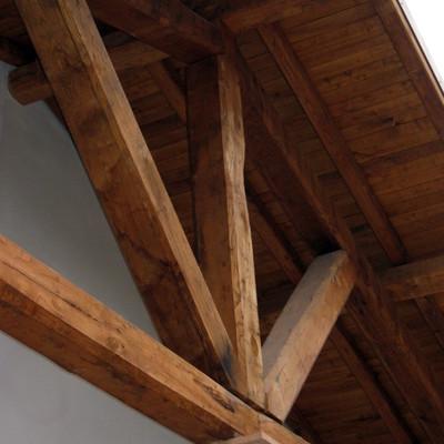 particolare capriata in legno di castagno