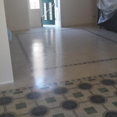 Pavimento in graniglia di cemento.