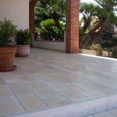 pavimento in marmo di apricena antichizzato e levigato
