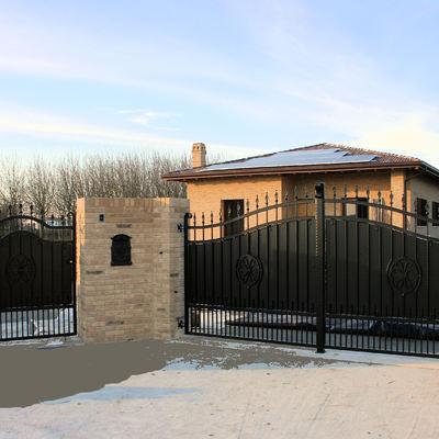 Pedonale e cancello a due ante in stile ferro battuto e lamiera in ferro.