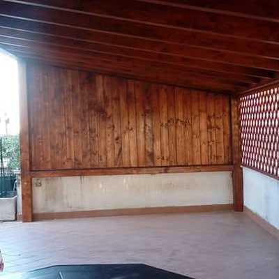 Veranda per posti auto con pannelli e grigliata laterali