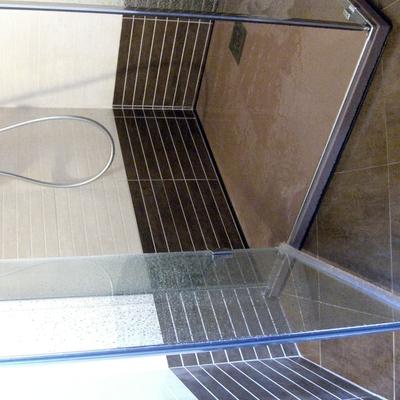 Piatto Doccia in finta pietra Ardesia e Box doccia in Cristallo della Vismara Vetro