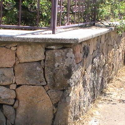 Muretto di recinzione con lastra di copertura