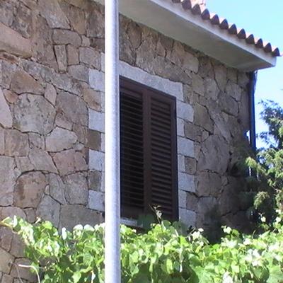 Rivestimento di parete con pietra invecchiata (granito)