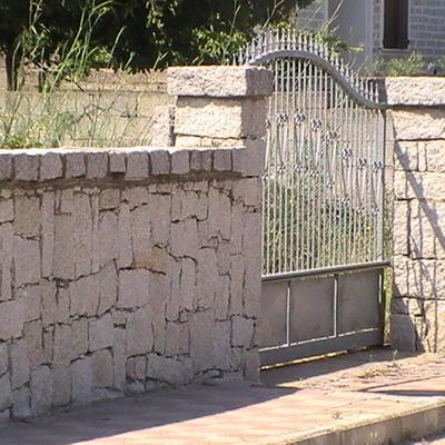 Muretto di recinzione in granito Bianco con lastra di copertura