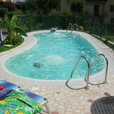 piscina a forma libera, bordo sfioratore, multi accessoriata