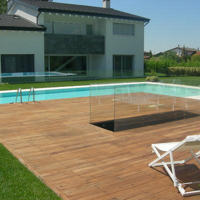 piscina con bordo sfioratore su due lati, pavimentazione in legno