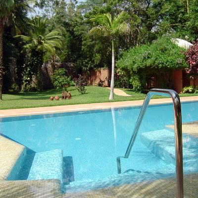 piscina con scala in mosaico