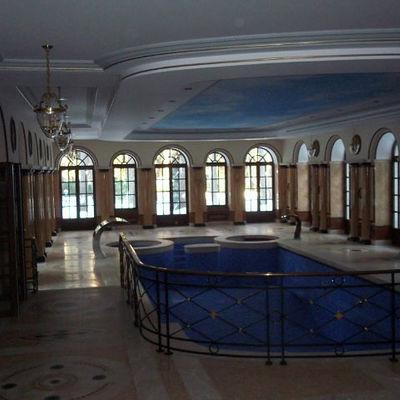 piscina coperta con giochi di marmo soffitto decorato e due idromassaggi laterali