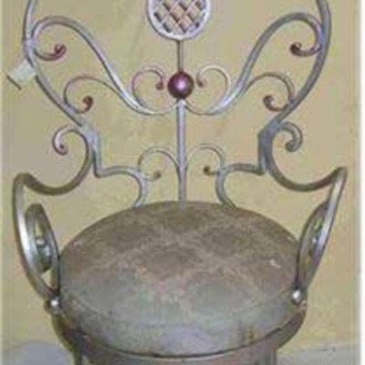 Poltroncina in ferro battuto, dall'aspetto regale, per interni, solida e comoda.