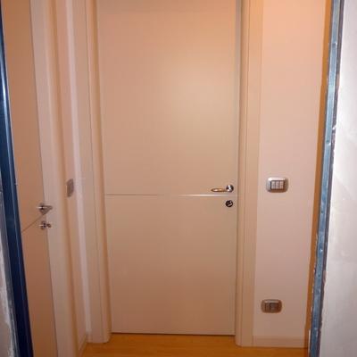 porta laccata con inserto alluminio