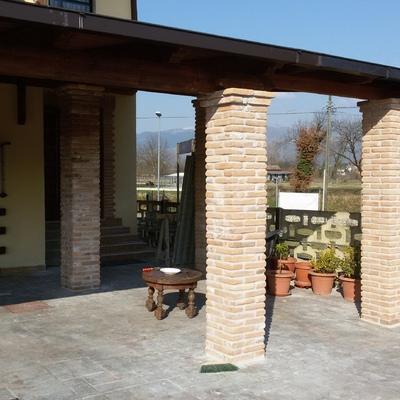 portico con rivestimenti colonne a mattoni
