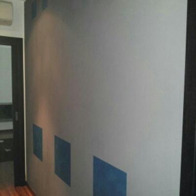Velatura metallizzato Silver Blue riquadrature di varie dimensioni su fondo (idropittura) grigio della Cebos