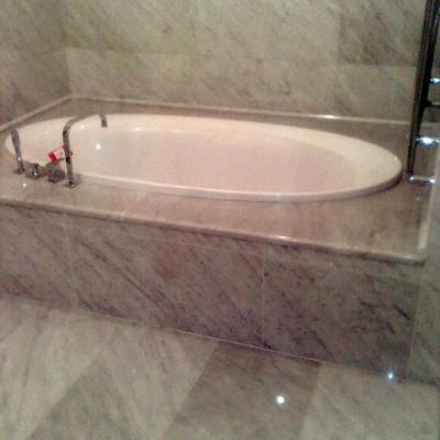 rivestimento bagno in bianco carrara